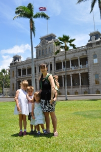 Isabella, Lucas, Aurelia, Sherrie, and Giuliana outside the Iolani Palace in Honolulu